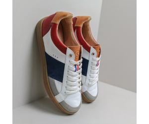 La sneaker made in France Hiba tricolore contre un mur par Sessile